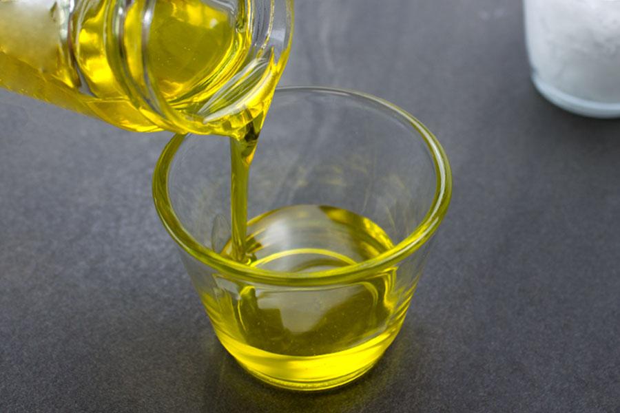 Erdmandelöl das aus Becher fließt